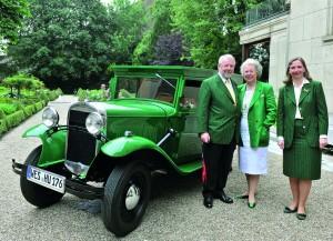 Familie Underberg mit dem restaurierten Opel Blitz im typischen Underberg-Grün lackiert